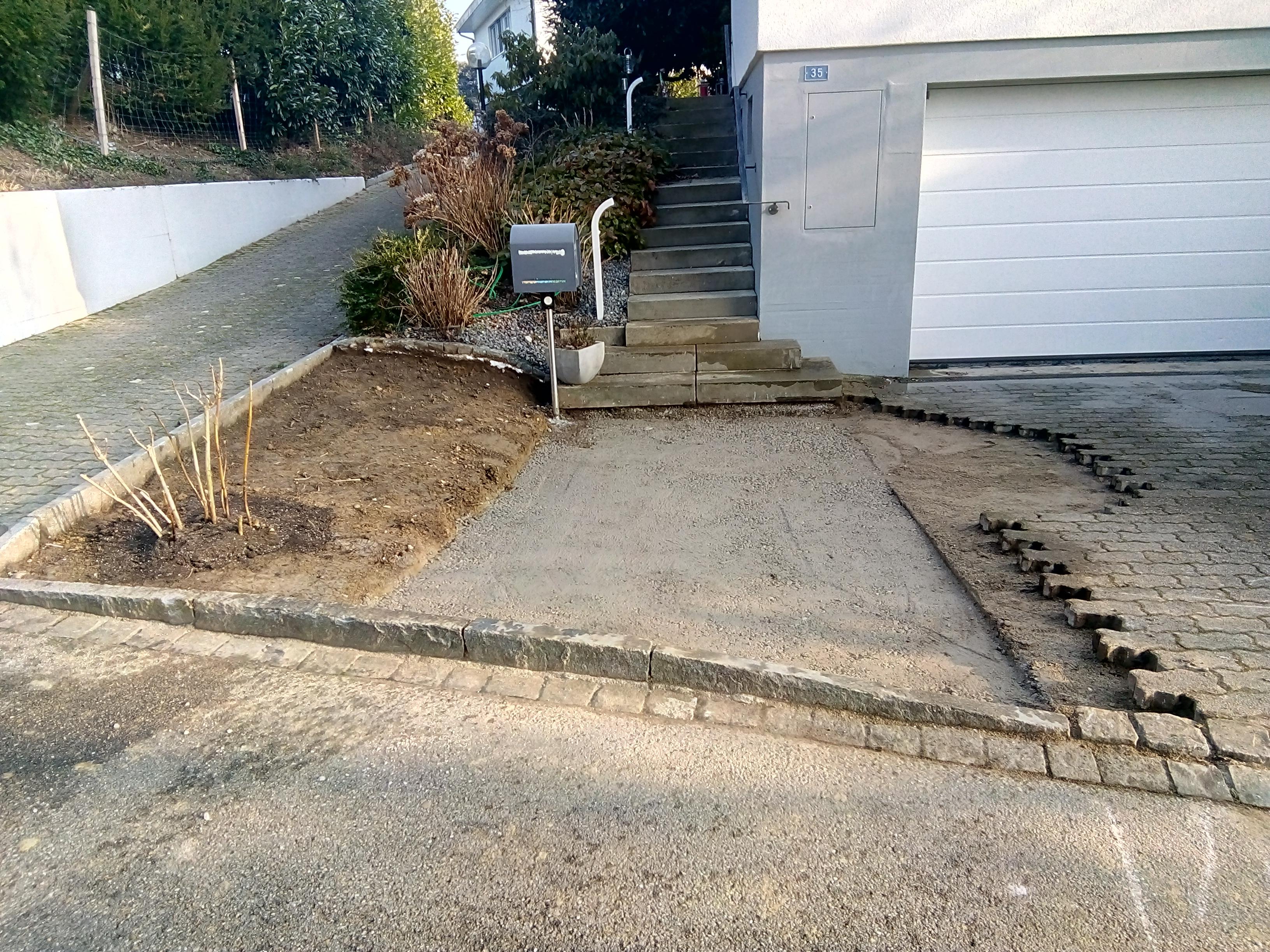 Eingang vergrössern und Parkplatz begradigen (3)